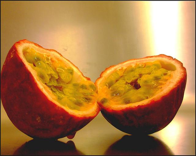 Imagen de la fruta de la pasión, que he elegido como imagen de la comunidad (al menos de momento). Algunos derechos  reservados por n@n@afigue en Flickr